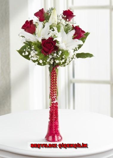 Flüt Vazo Ýçerisinde Beyaz Lilyum ve Kýrmýzý Güller