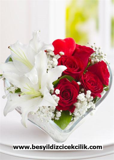 Kalp camda gül ve lilyumlar